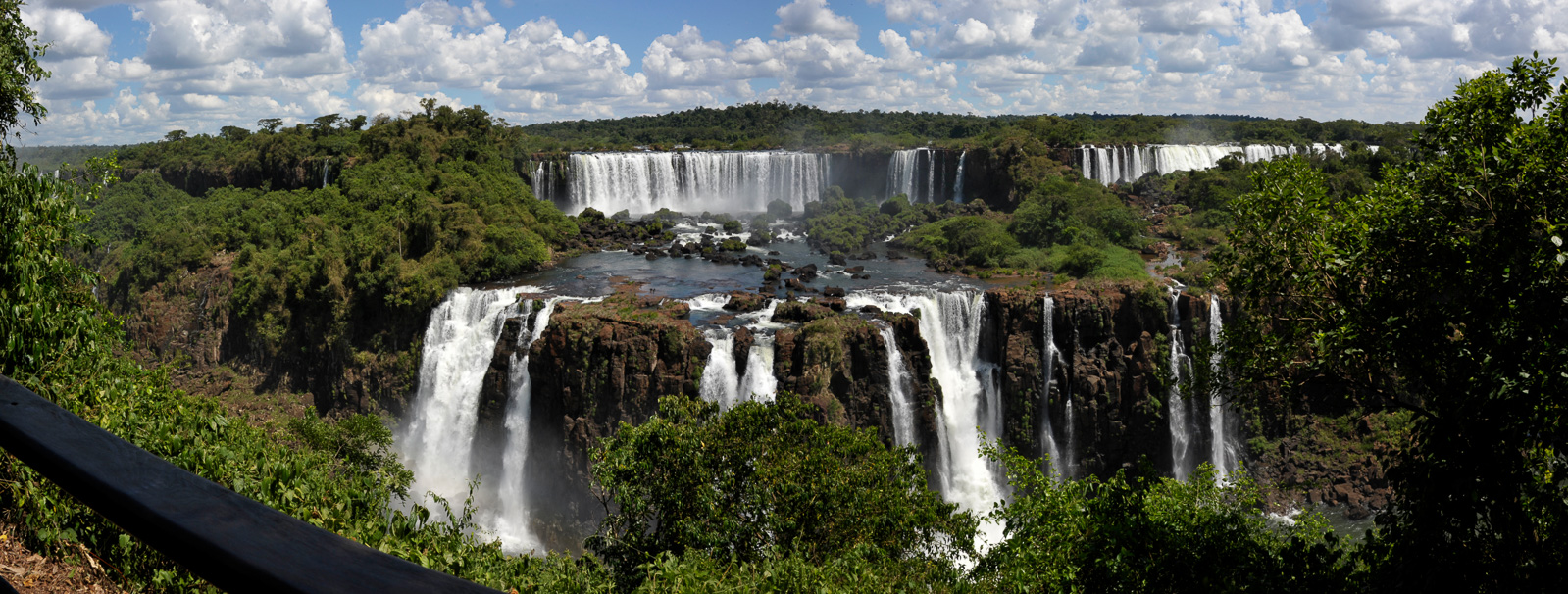 Cataratas del Iguazu [28 mm, 1/320 sec at f / 14, ISO 400]