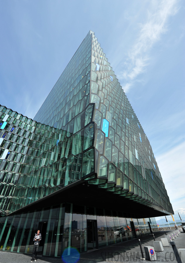 Harpa Concert Hall [14 mm, 1/125 sec at f / 18, ISO 400]